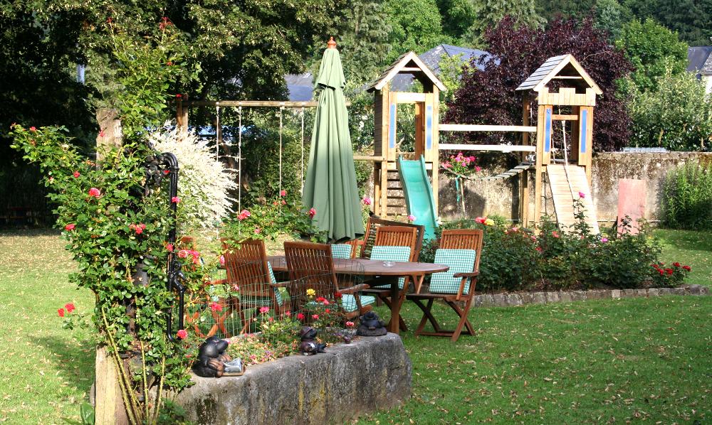 Maison Rouge Saeul jardin terrasse air de jeux